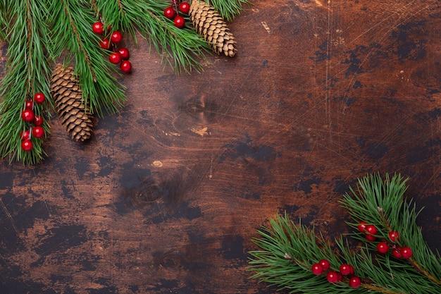 モミの木の枝とヒイラギのクリスマス背景。上からの眺め。コピースペース