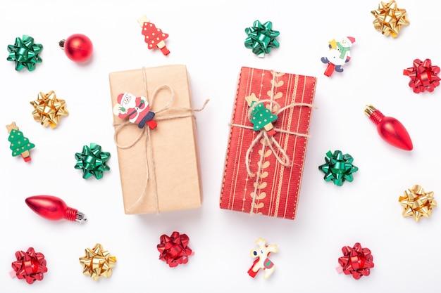 Рождественская композиция с подарочной коробкой и украшениями