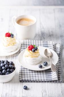ホイップクリームと新鮮な果実のおいしいパブロワケーキ