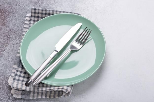 Мятная тарелка и столовые приборы