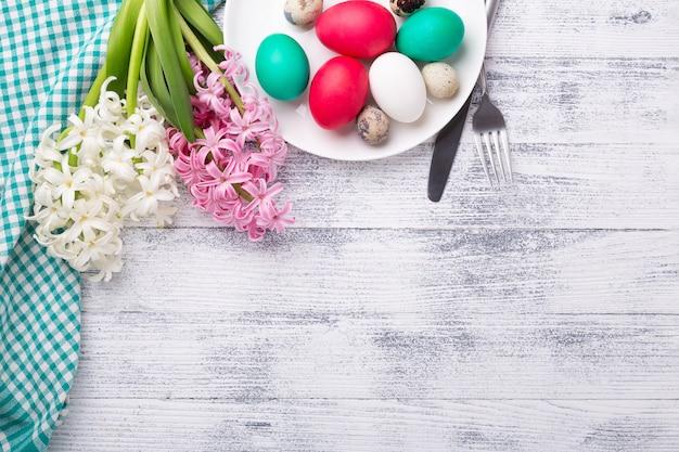 イースターエッグ、木製の背景にピンクと白のヒヤシンス。イースターのコンセプトです。上面図。コピースペース