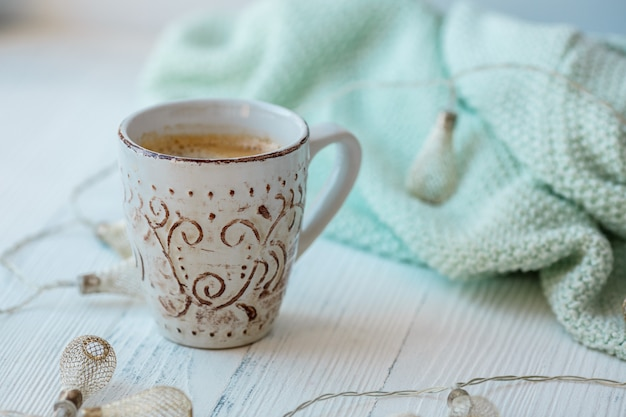 Чашка кофе на деревянном фоне