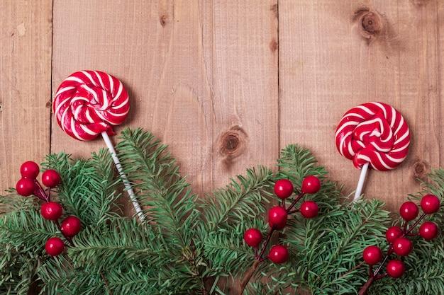 Рождественская елка на деревянном фоне