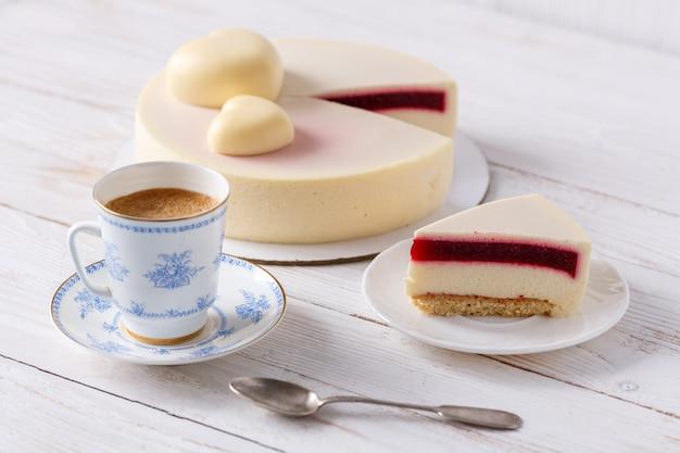 Модный мусс торт на деревянном столе