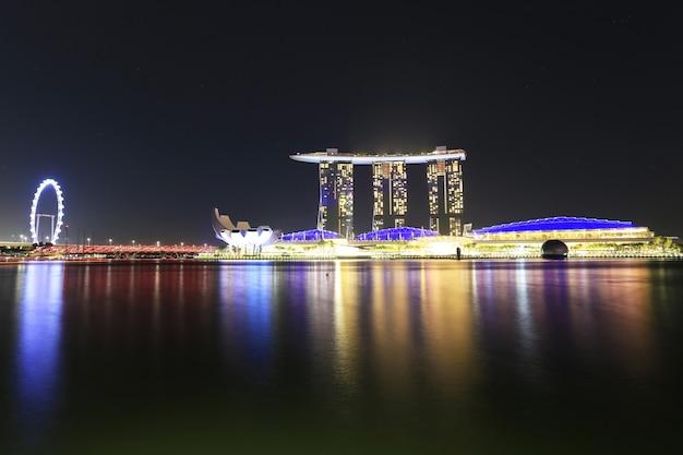 ビジネス地区、夜、シンガポールのマリーナベイサンズホテルで街のスカイラインの夕日