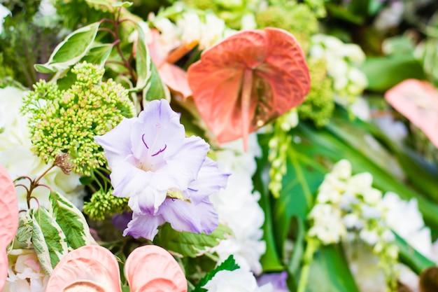 様々な花の美しい花のお祝い花束