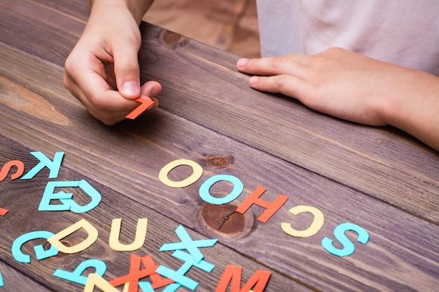 Детские руки составляют слово