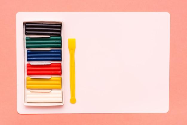 Предметы для лепки из пластилина, стопки, таблички для лепки на красном