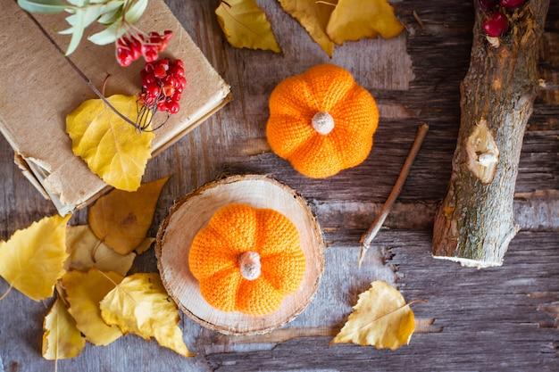 カボチャと落ち葉の秋の静物トップビュー