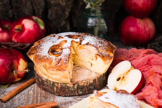 木の切り身にスライスしたアップルパイ