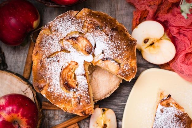 木製のテーブルにスライスしたアップルパイ。上面図