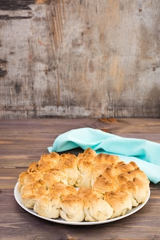 木製テーブルの上の皿に美味しい猿パンのクローズアップ