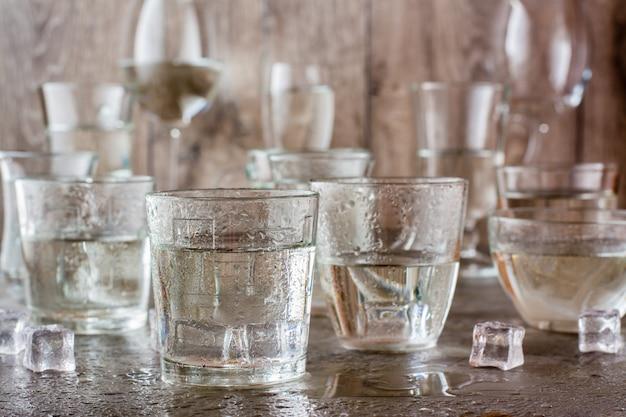 多くの水のしぶきと灰色のテーブルの上の氷のかけら