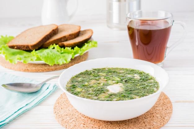 パンクヴァスをまぶした野菜とハーブの冷たいスープ
