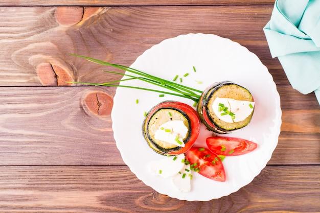新鮮なトマトとフェタチーズを添えたズッキーニのフライからのオリジナルの前菜