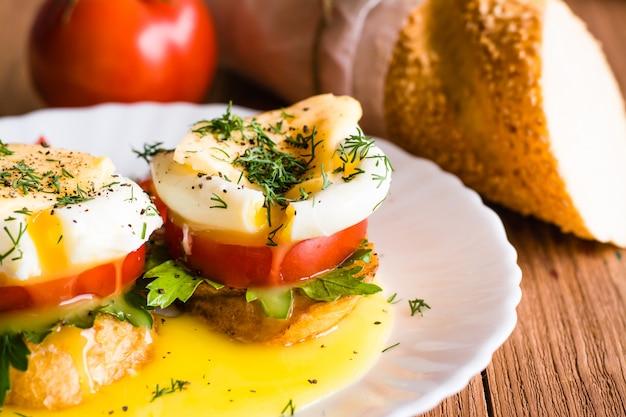Бутерброды с яйцом пашот, помидорами, петрушкой и сыром