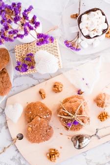 台所のボード上のクルミと自家製チョコレートチップクッキー。朝食用上面図のテーブルセッティング