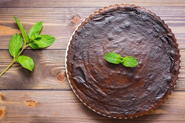 ミントの葉、トップビューで自家製チョコレートブラウニー