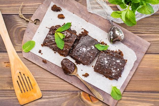 ミントの葉、トップビューで自家製チョコレートブラウニーの作品