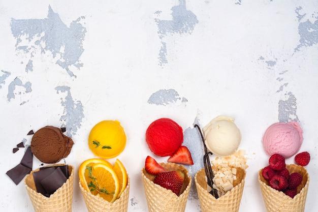 チョコレート、オレンジ、ストロベリー、バニラ、ラズベリーのアイスクリーム