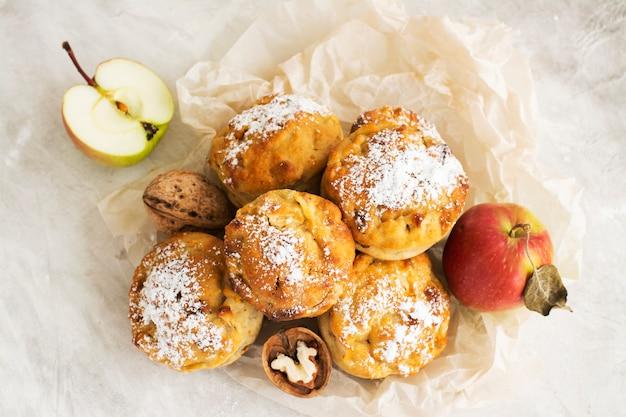 Яблочные кексы на деревянный стол