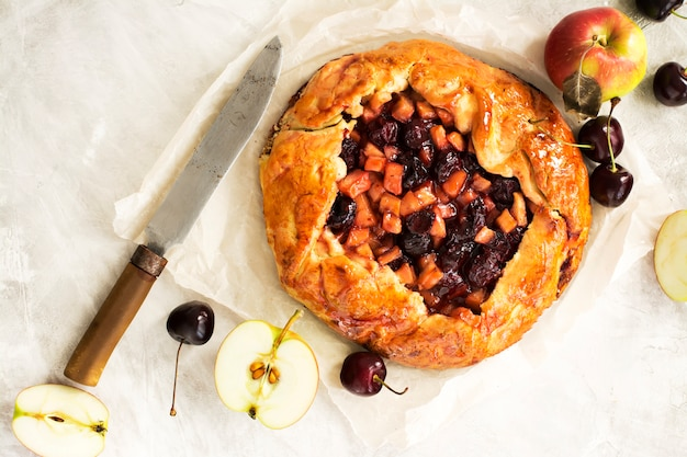 Яблочно-вишневый пирог с ингредиентами