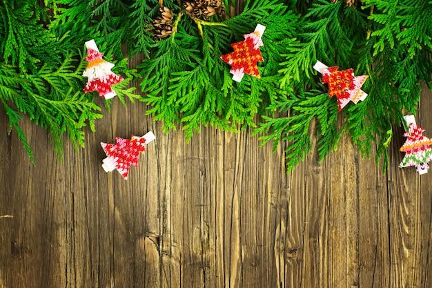 杉の小枝や装飾品のクリスマスフレーム