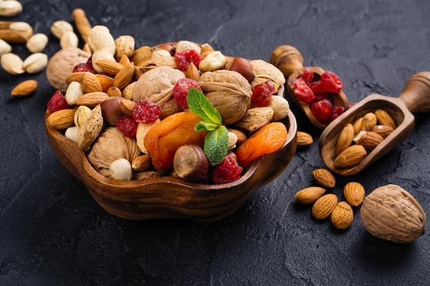 Ассортимент сухих фруктов и орехов