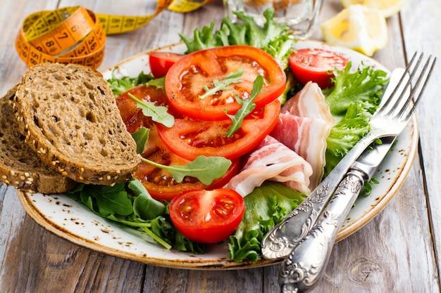 Здоровый летний салат с ветчиной и помидорами