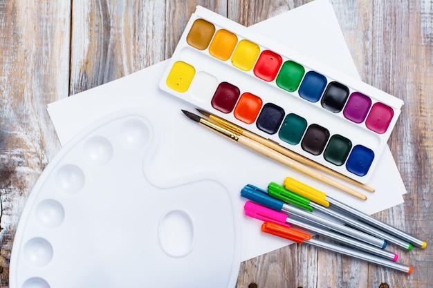 Инструменты художников на деревянном столе