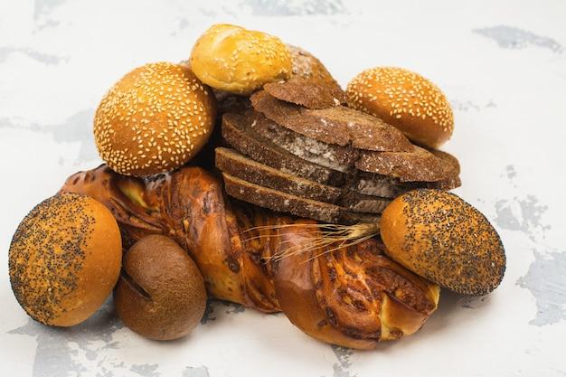 テーブルの上の様々な焼きたてのパン
