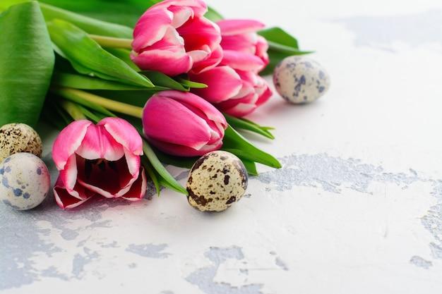 ピンクのチューリップと白のウズラの卵