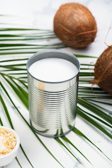 Открыл консервную банку с напитком из кокосового молока
