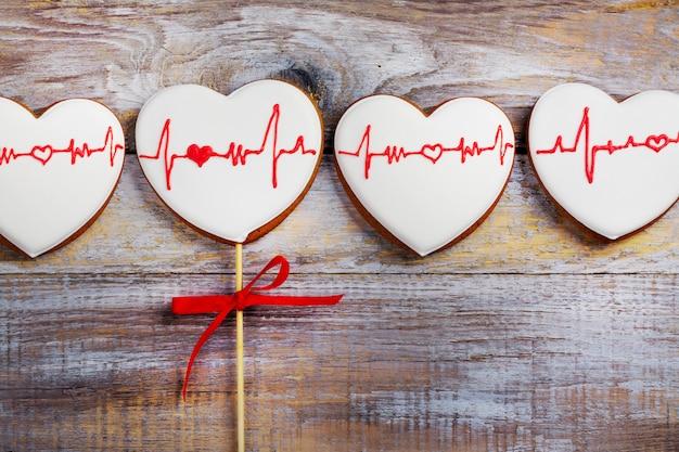 Пряники на деревянный стол в форме сердца