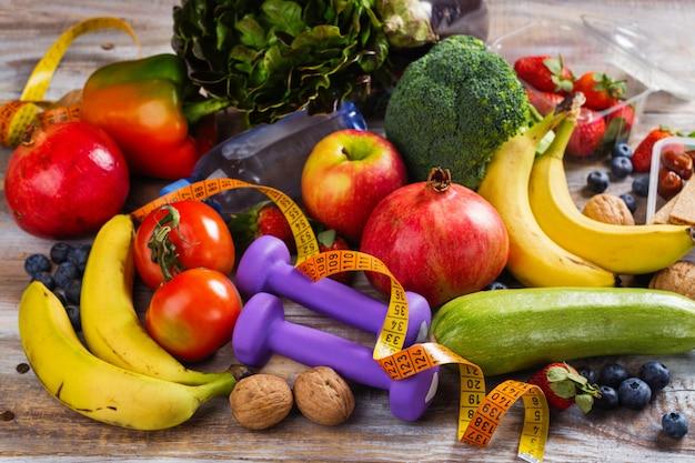 Ассортимент здоровых фруктов и овощей