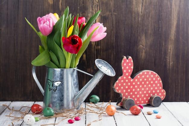 Весенние тюльпаны и пасхальные яйца