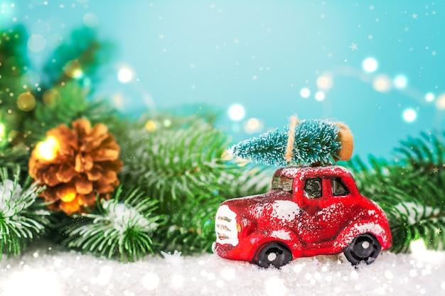 おもちゃの車にクリスマスのモミの木