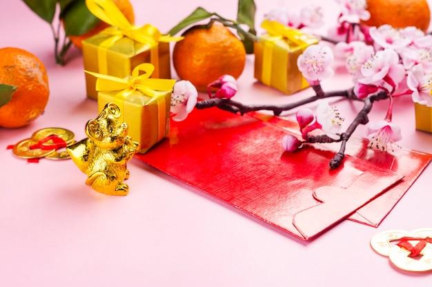 Элементы китайского нового года на розовом