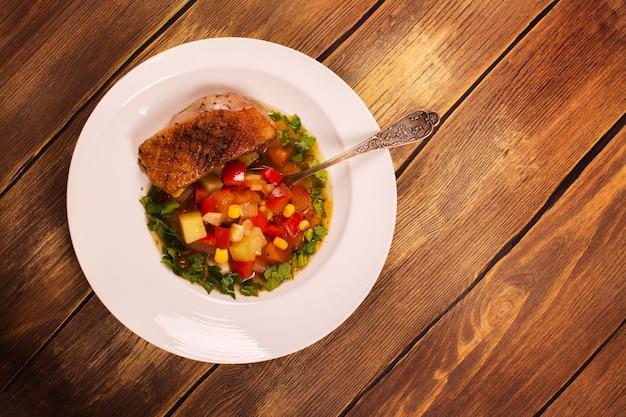 アヒルの胸肉とスペインの熱い野菜シチュー