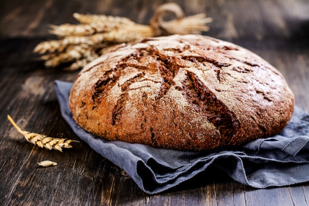 Свежий круглый хлеб на закваске