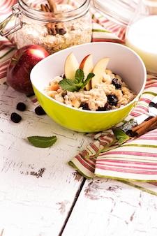 果実と果物のオートミールのお粥