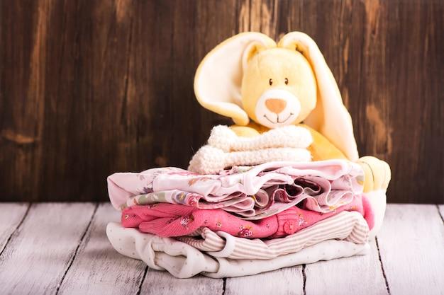 新生児用ベビー服の山