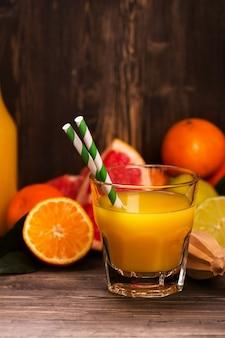 Стакан свежего домашнего апельсинового сока