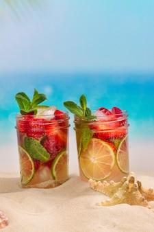 夏の砂浜でイチゴのモヒート