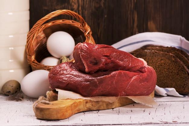 Ассортимент фермерских продуктов на деревянной доске