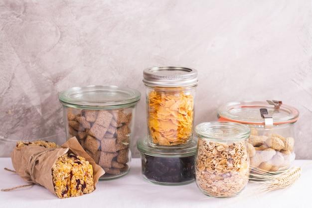 貯蔵瓶の中のシリアルとナッツの盛り合わせ