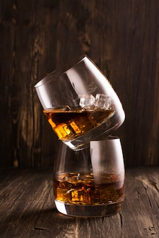 木製のテーブルの上のグラスにコニャック