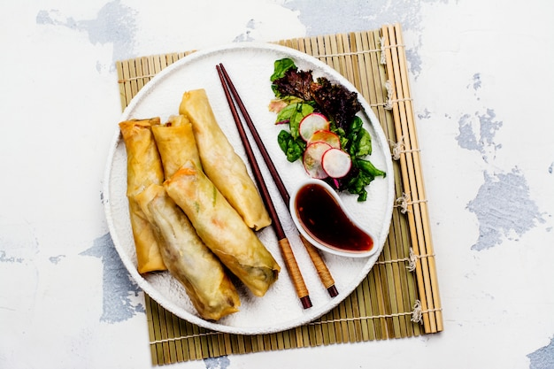 野菜、アヒルの肉、麺焼き春巻き