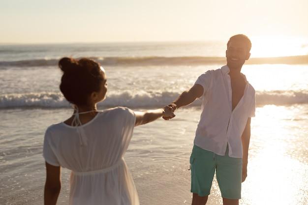 Пара веселится вместе на пляже