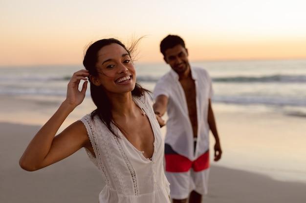 カップルがビーチで一緒に楽しんで